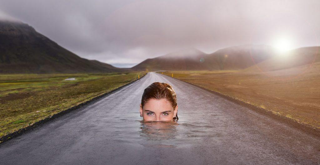 svømmende kvinde i vejbane